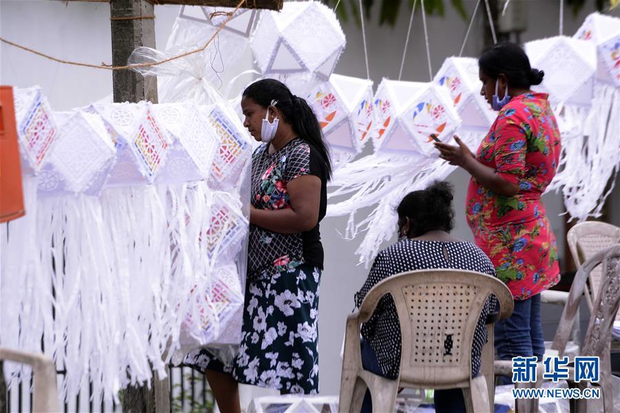 (国际)(1)斯里兰卡:卫塞节前夕灯笼热