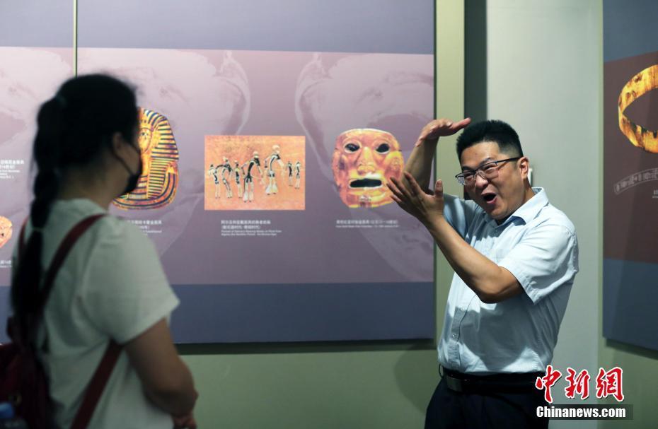 成都金沙遗址博物馆听障小伙用手语讲述古蜀文明