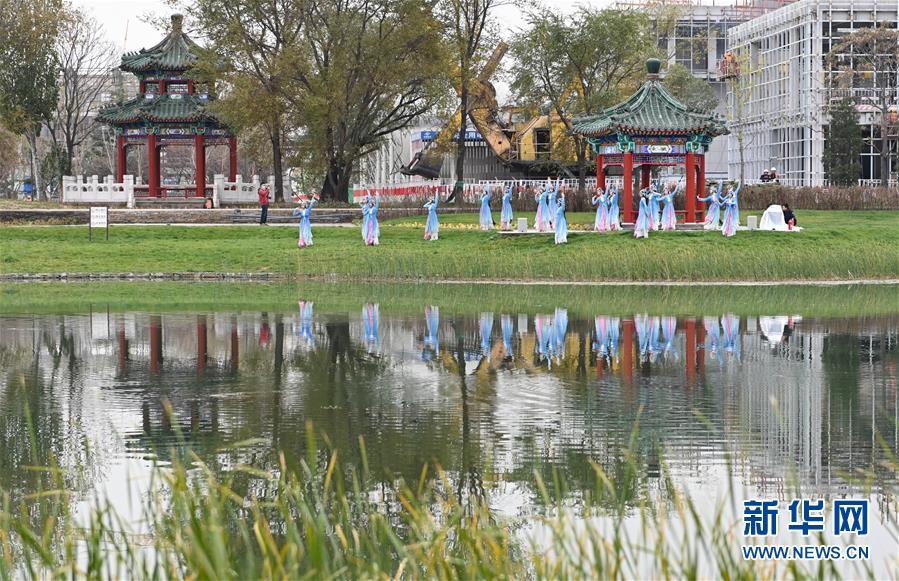 """(社会)(3)北京:首钢园里的""""环境舞蹈""""展演"""