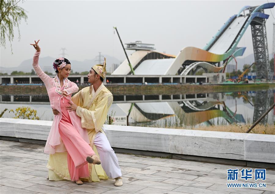 """(社会)(6)北京:首钢园里的""""环境舞蹈""""展演"""