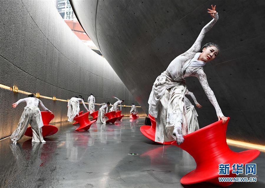 """(社会)(9)北京:首钢园里的""""环境舞蹈""""展演"""