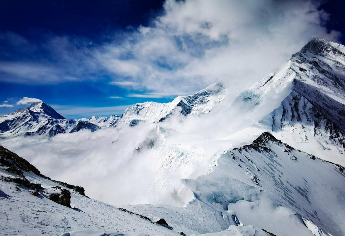 从珠峰海拔7028米以上拍摄的壮美景色(5月12日摄)。新华社特约记者 扎西次仁 摄