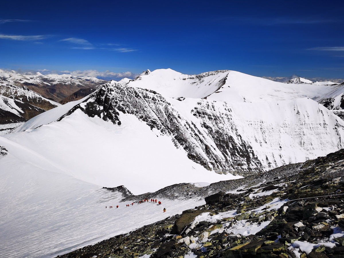 从珠峰海拔7028米以上拍摄的壮美景色(5月12日摄)。新华社特约记者 拉巴 摄