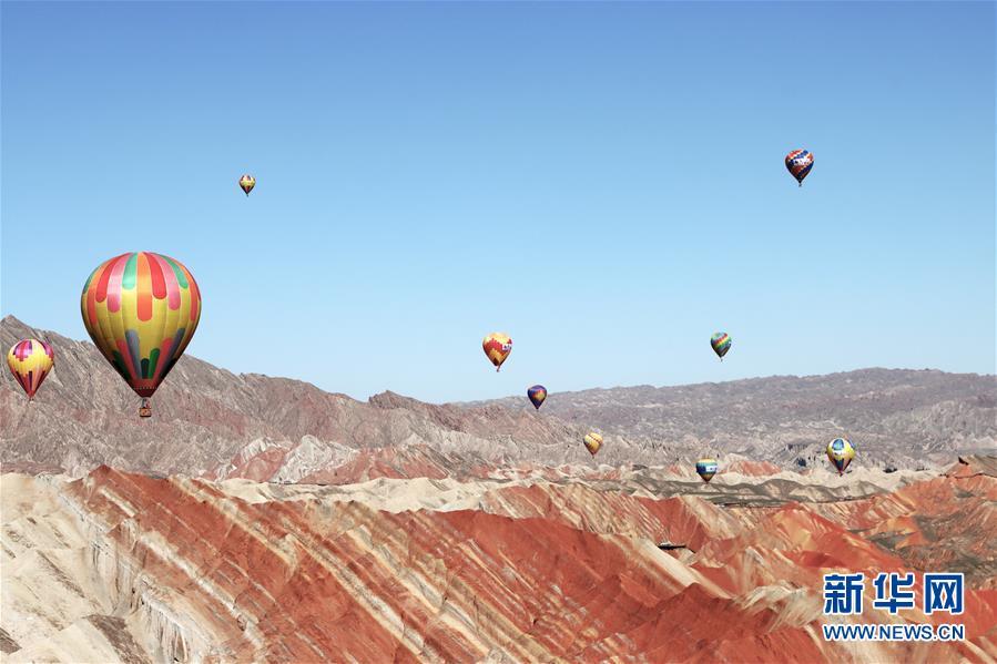 #(社会)(3)甘肃张掖:七彩丹霞升起热气球