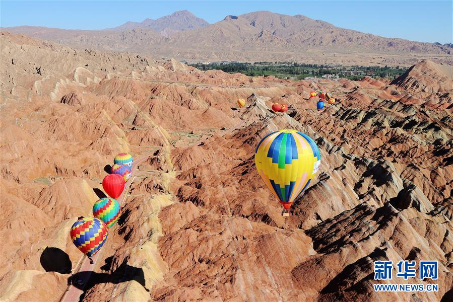 #(社会)(4)甘肃张掖:七彩丹霞升起热气球