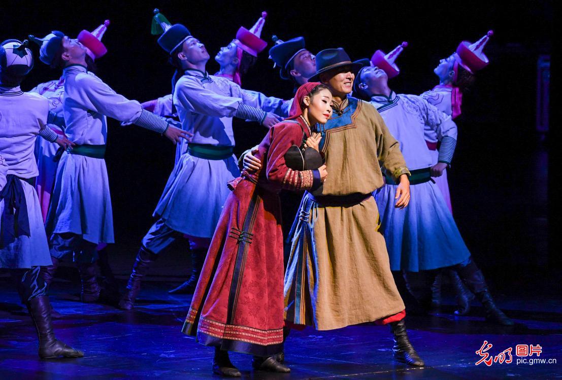 歌舞晚会《金色的摇篮》在呼和浩特上演