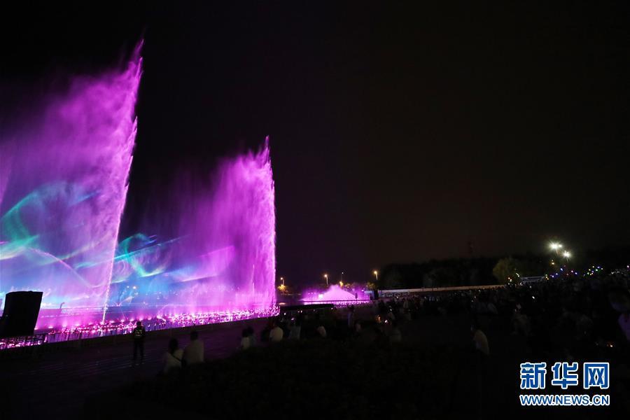 (社会)(1)沈阳:音乐喷泉聚人气 夜市歌舞引客来
