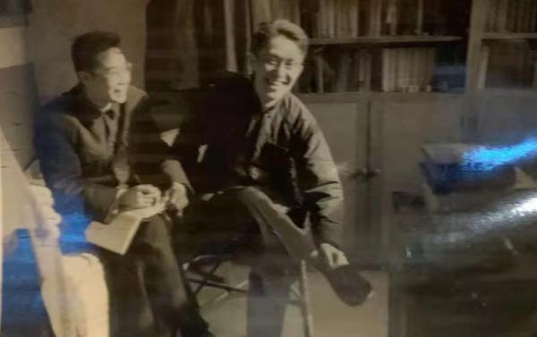 1962年,张世英与北大哲学系好友汪子嵩先生在中关园72号家中留影