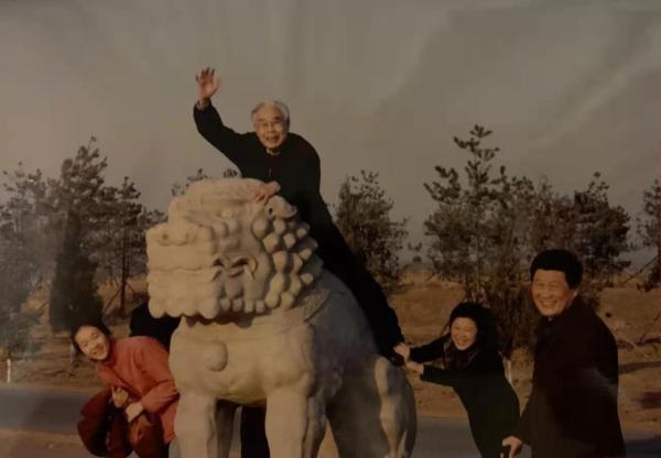 2002年,春节张世英与家人游清东陵、承德、金山岭长城