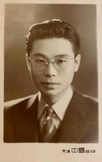 1948年张世英在天津南开大学任教时的照片