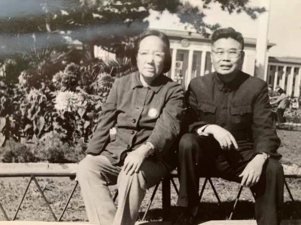 1971年10月4日,张世英夫人彭兰从江西鄱阳湖鲤鱼洲下放劳动回京后,与张先生在天安门广场合影