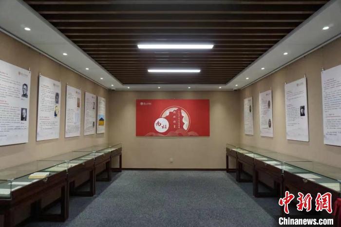近百件南社诗笺展出入藏复旦大学图书馆