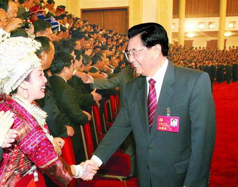亲切会见出席党的十七大代表、特邀代表和列席人员