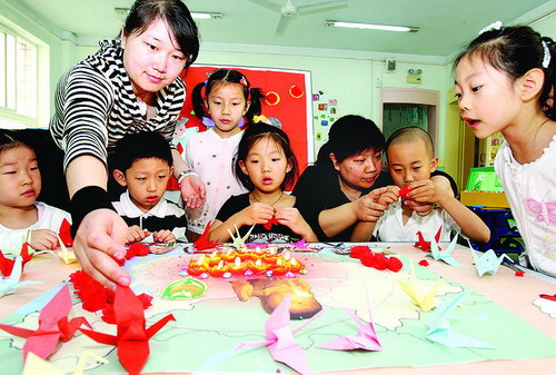 北京公安部幼儿园小朋友制作千纸鹤为灾区儿童祈福.刘新武摄