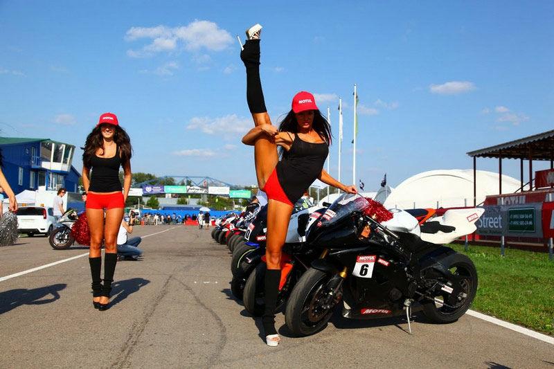 俄罗斯赛车宝贝特功夫了得 引路人围观