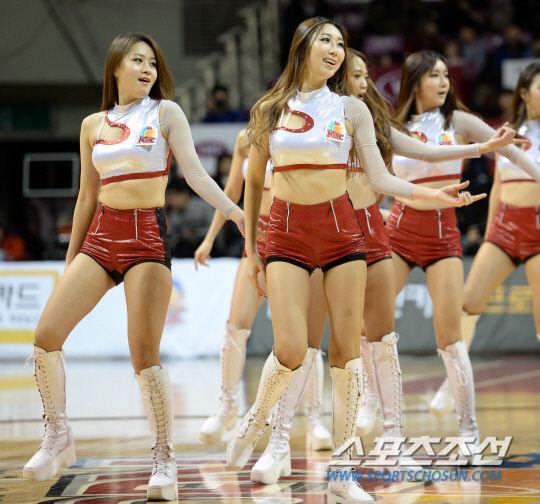 高清:韩国宝贝深蹲摆腰热舞 齐臀皮裤秀曲线9