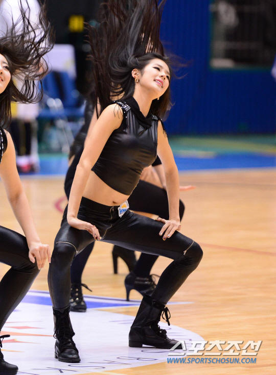 高清:韩国篮球宝贝性感皮裤热舞 秀身姿