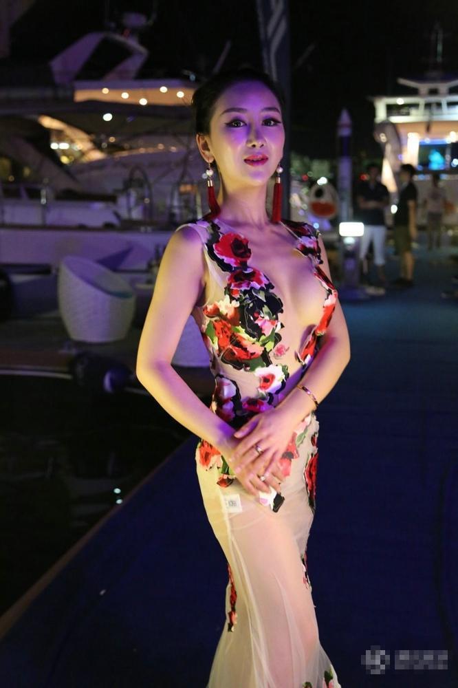 海天盛筵嫩模任人捏臀 各种性感透视装撩人/图