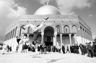 突尼斯总理参加总统选举投票(图)