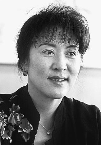 宗庸卓玛(藏族)委员 国家一级演员 云南省音协副主席希望社会更多