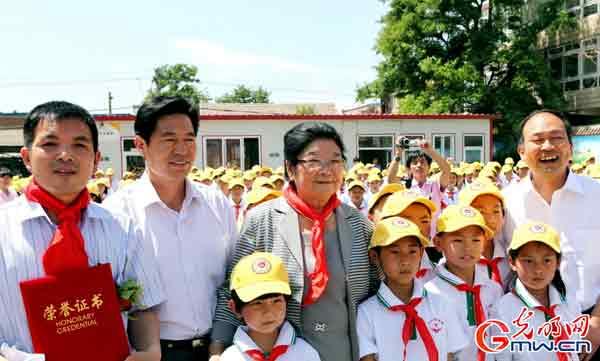 向北京海淀区打工子弟学校小学生捐赠交通安全帽公益活动举行图片
