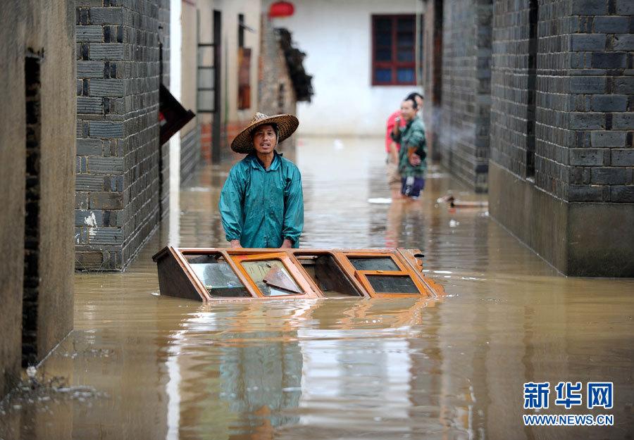 6月16日,江西德兴市香屯街道办事处大洲村村民被洪水围困.