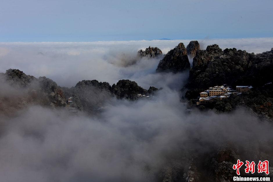 游客在安徽黄山风景区拍摄的雪景