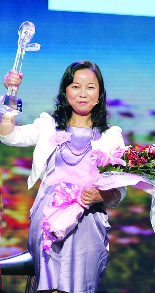 吴菊萍视频_韩美林为最美妈妈吴菊萍颁奖_新华网视频频