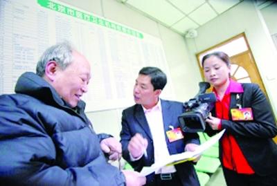 谭艳代表(右)在北京协和医院调研电子处方。