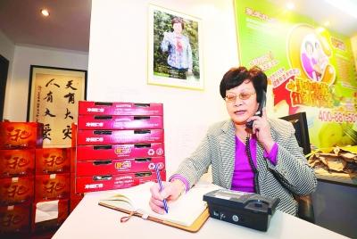"""为了帮助都江堰的果农卖猕猴桃,""""上海奶奶""""做起了生意。"""