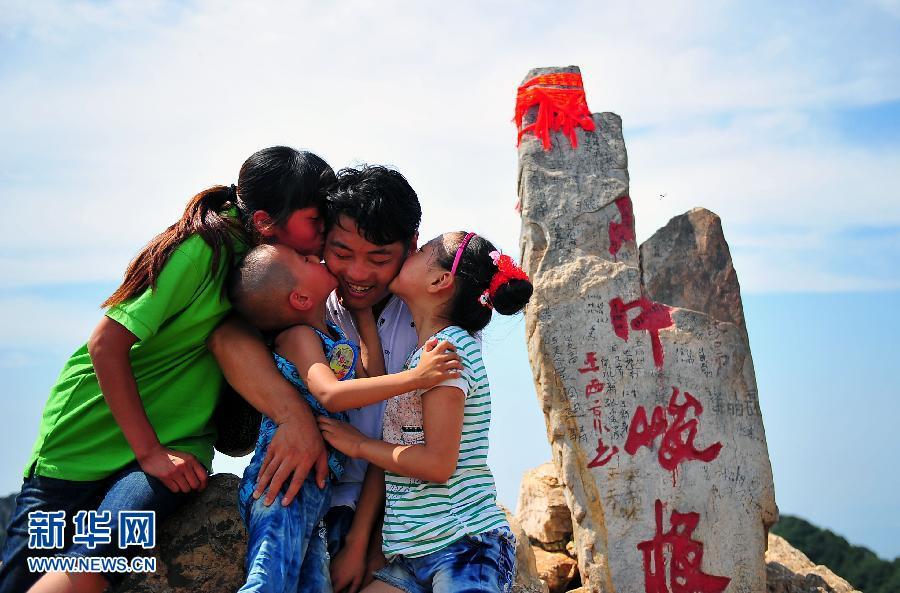 山东无腿铁臂汉7小时征服中岳嵩山 光明
