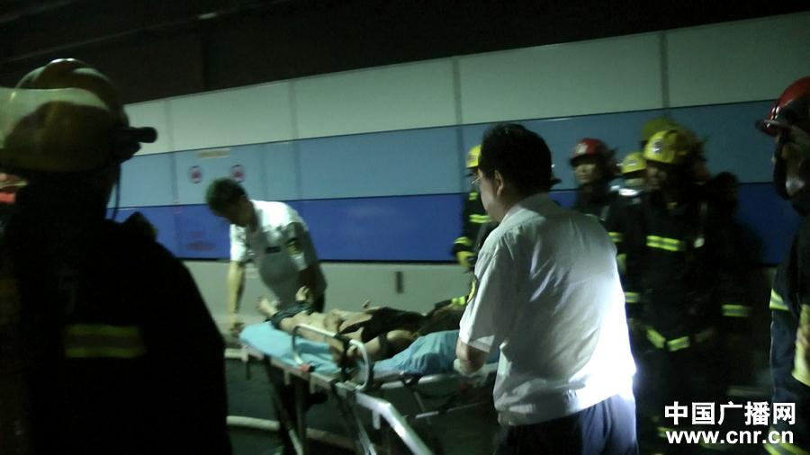 上海外滩隧道宝马车撞毁致2人死亡