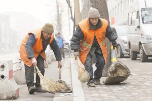 环卫老夫妻扫雪感动网友今冬最温暖照片背后