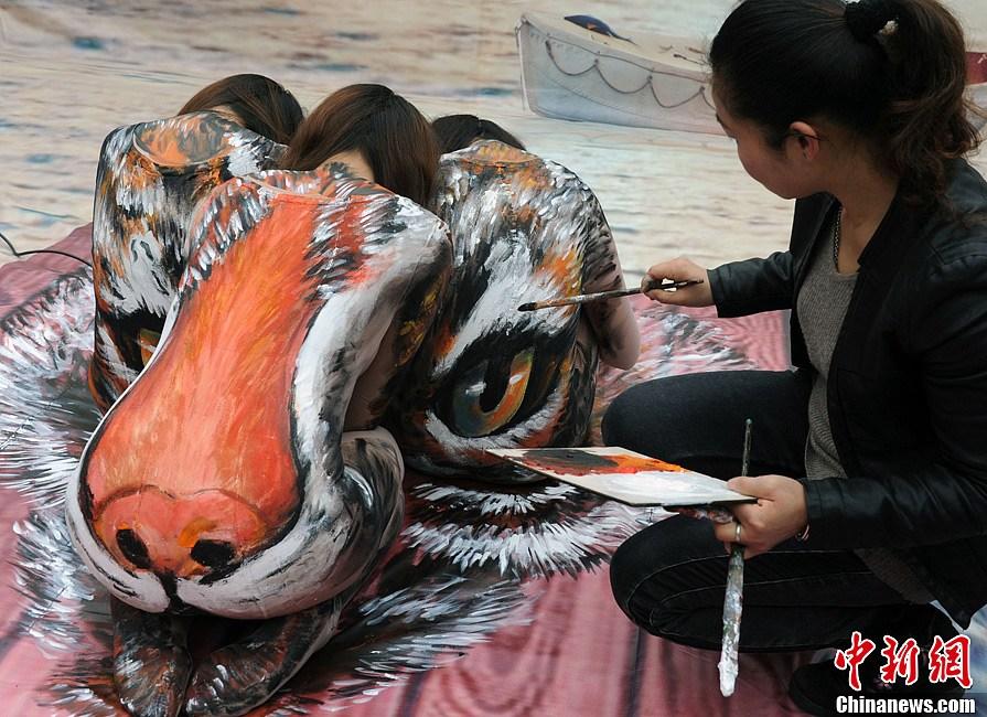 福州上演奇幻3D人体彩绘秀 美女变身孟加拉虎