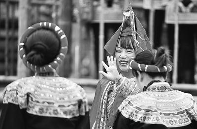 几位穿着传统服饰的畲族妇女 新华社记者