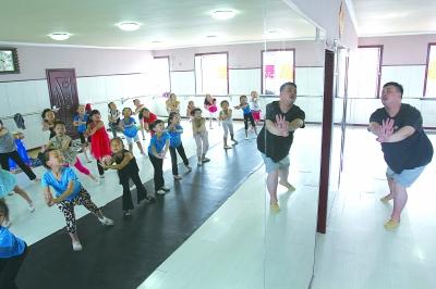 卢启迪在舞蹈教室教孩子们跳舞