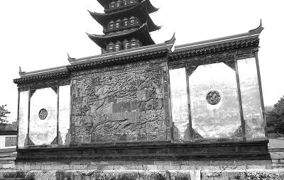 """始建于1370年的上海方塔园明代照壁日前挺直了""""腰杆"""""""