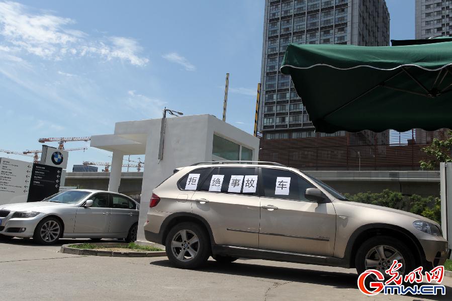 两辆宝马车把大门堵了起来-宝马X5开半月状况不断 事故车 堵宝马燕宝高清图片