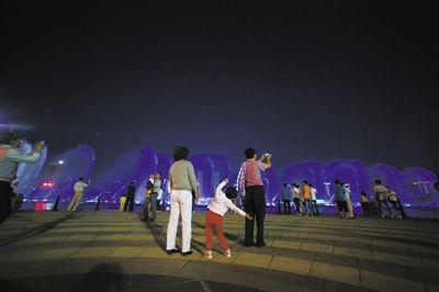 2013年7月15日,康巴什新区,消暑的市民。