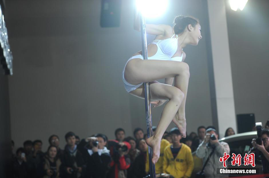 重庆车展美女车模跳钢管舞吸引观众 光明网