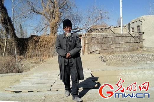 高龄的吐地阿洪老人 摄影 徐振宇-新疆于田地震救灾物资送到维吾尔