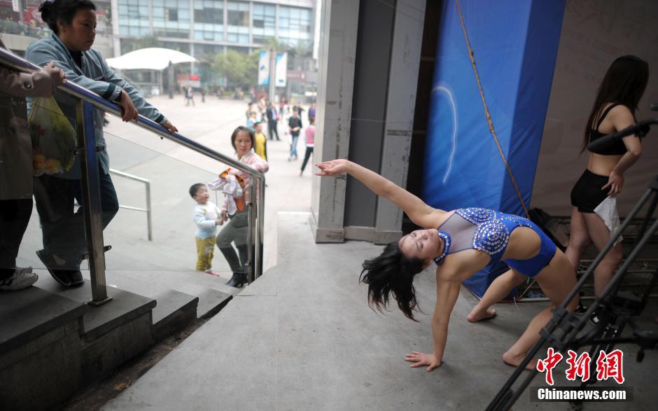 重庆街头钢管舞比赛 宣扬健康生活态度与情色