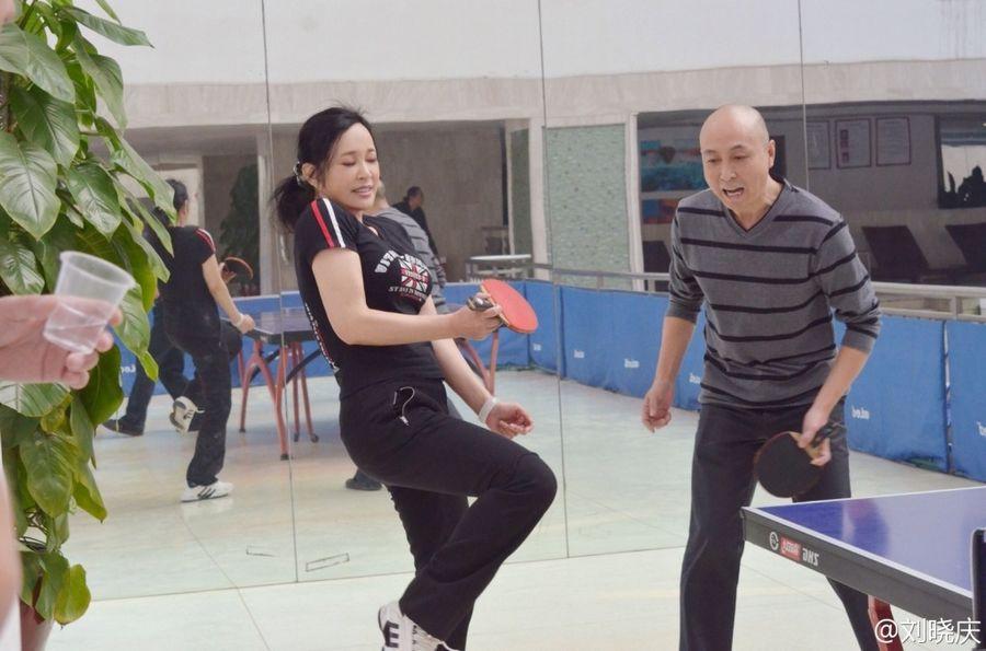 刘晓庆打乒乓球照片曝光 58岁曲线性感依然图