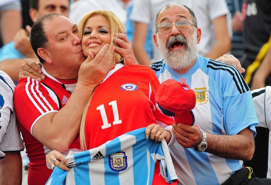为足球疯狂的南美女郎 综合体育