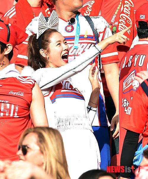韩国最美女球迷 裹太极旗露香肩乳沟 综合