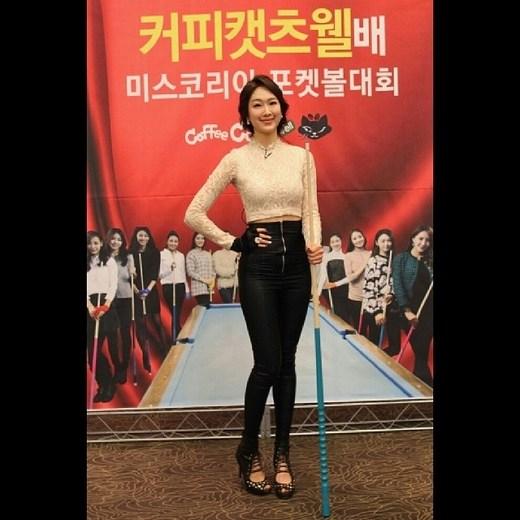 韩国小姐打台球展性感翘臀 热图推荐