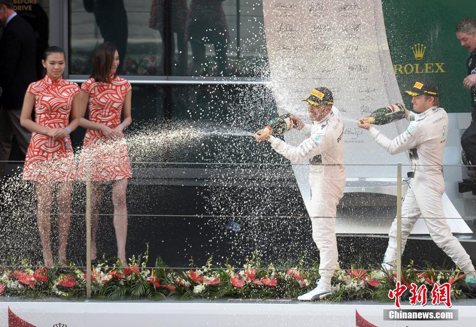 F1上海站汉密尔顿夺冠后酒袭道具(3)_综合体美女美女播丽春主图片