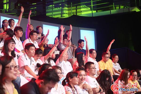 观众踊跃举手答题