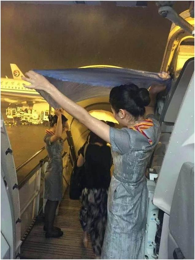 首都航空JD5753乘务组风雨中为旅客挡雨获赞