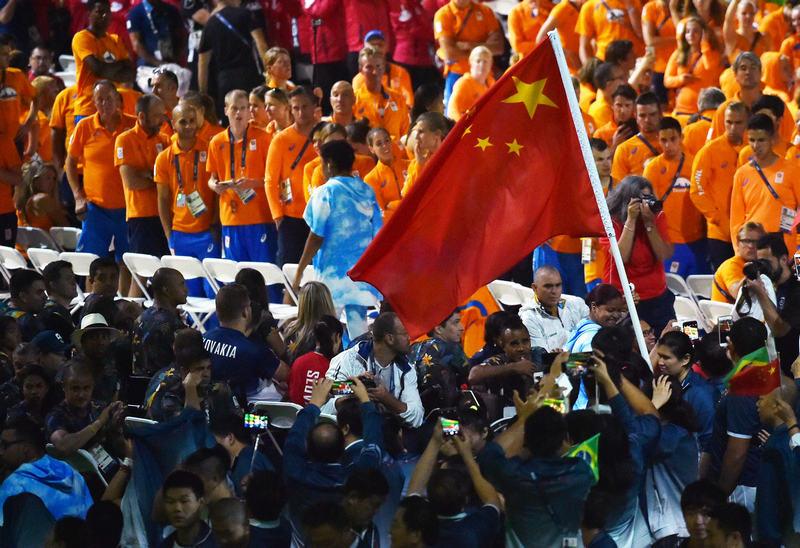 中国国旗入场。新华社记者朱峥摄